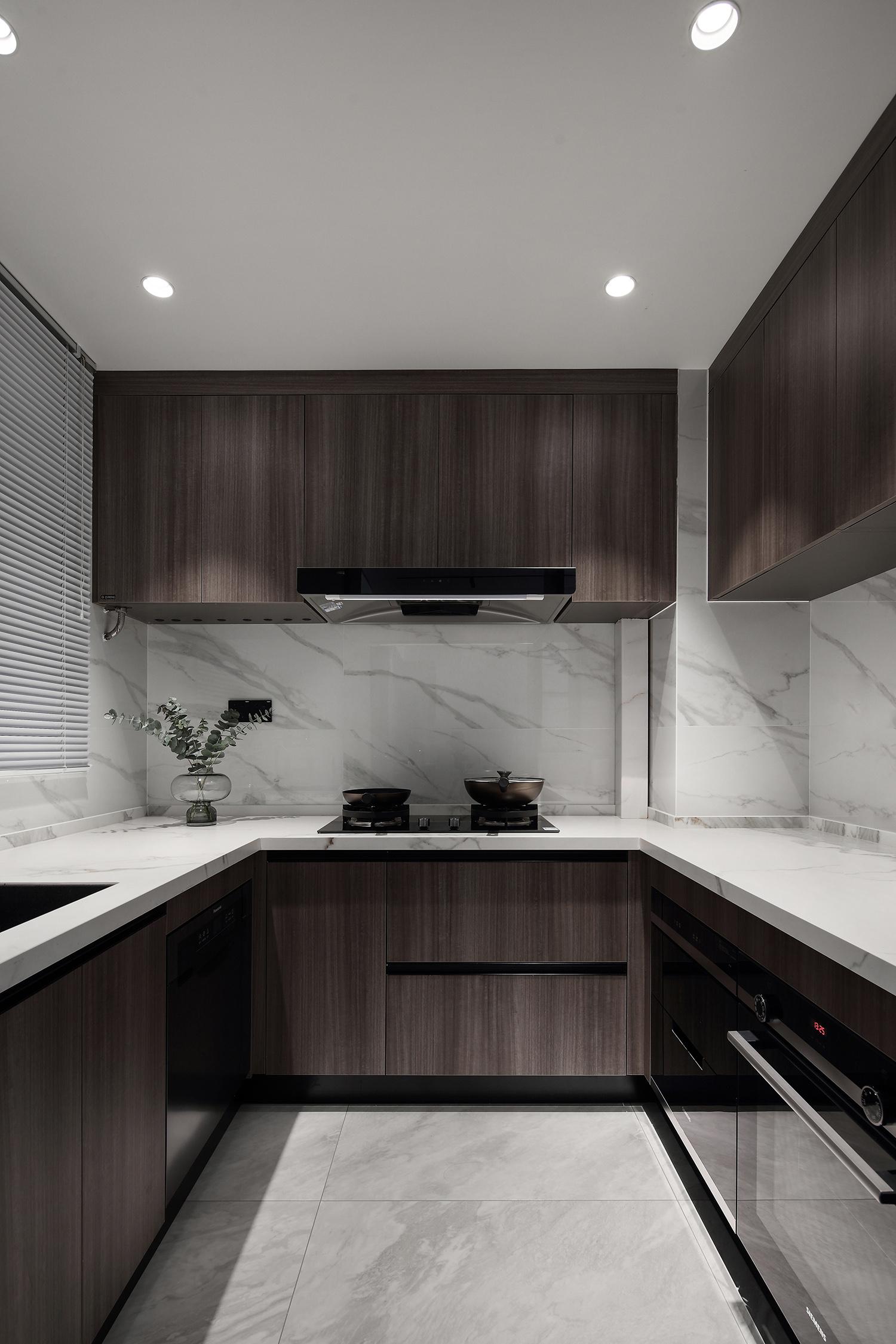 木質櫥櫃設計彰顯出空間的輕奢和時尚,同時,在光線的烘托中,空間更加明亮。