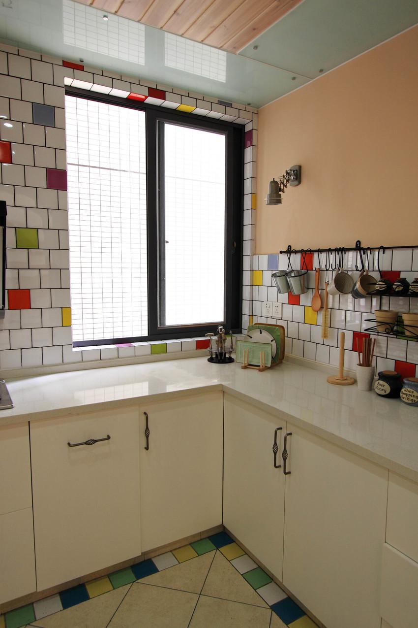 彩色的瓷砖突出了主人的活泼个性,也将原本冷淡的厨房变得有生活气息。