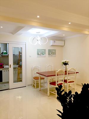 浅色地面与墙壁互相呼应,淡淡的油画,暖黄灯光,都让这个家披上了优雅的新装。