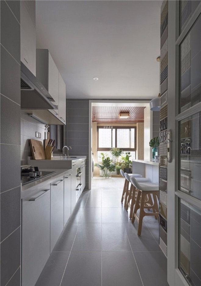 银白色的运用使厨房显得格外整洁,这里空间狭长,由于色调清淡,所以不显局促。