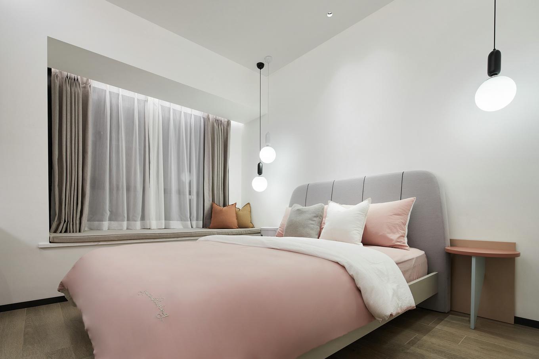 在白净的空间加入了粉色世界,更加温馨美观,床头的灯光也会让卧室变得柔和舒适。