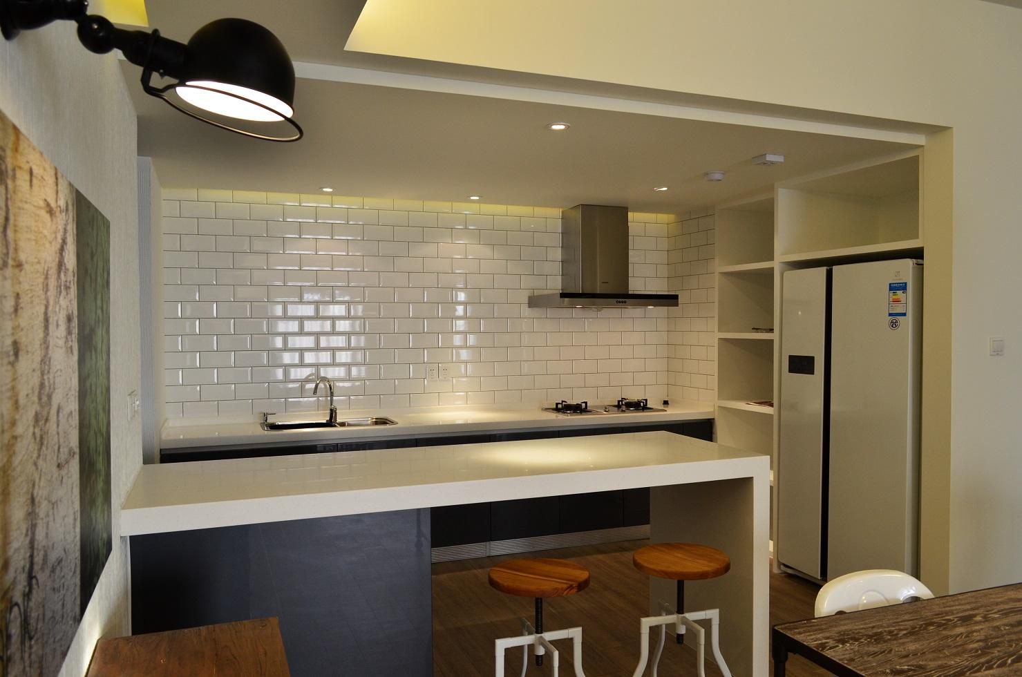 厨房简洁干净,白色的瓷砖方便更好的擦拭