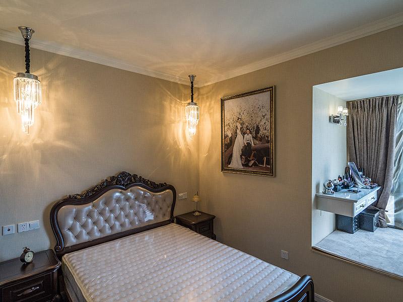 床头采用吊灯来营造温雅的气质,梦幻的光线效果让卧室更加浪漫。