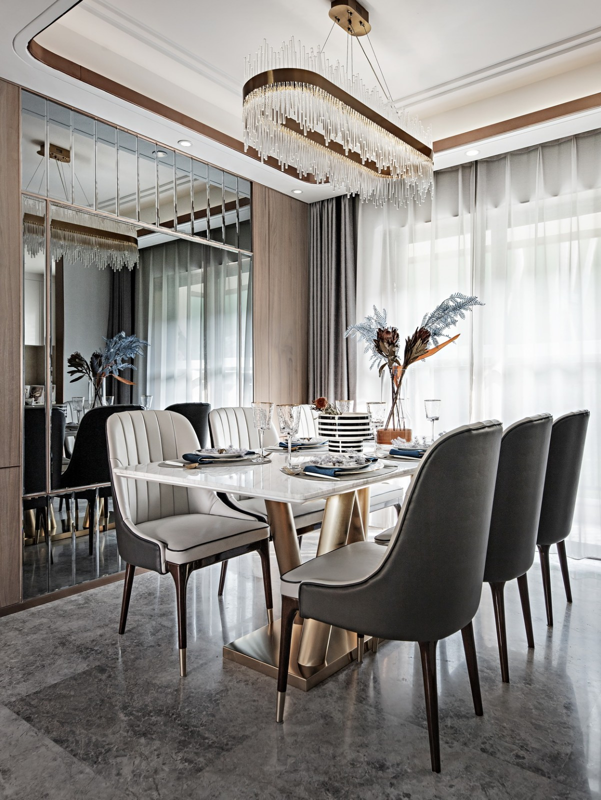 设计感极强的吊灯搭配吊顶周边的筒灯的柔和光线,整个空间优美浪漫;镜面设计让空间得以延伸,让人视觉开阔
