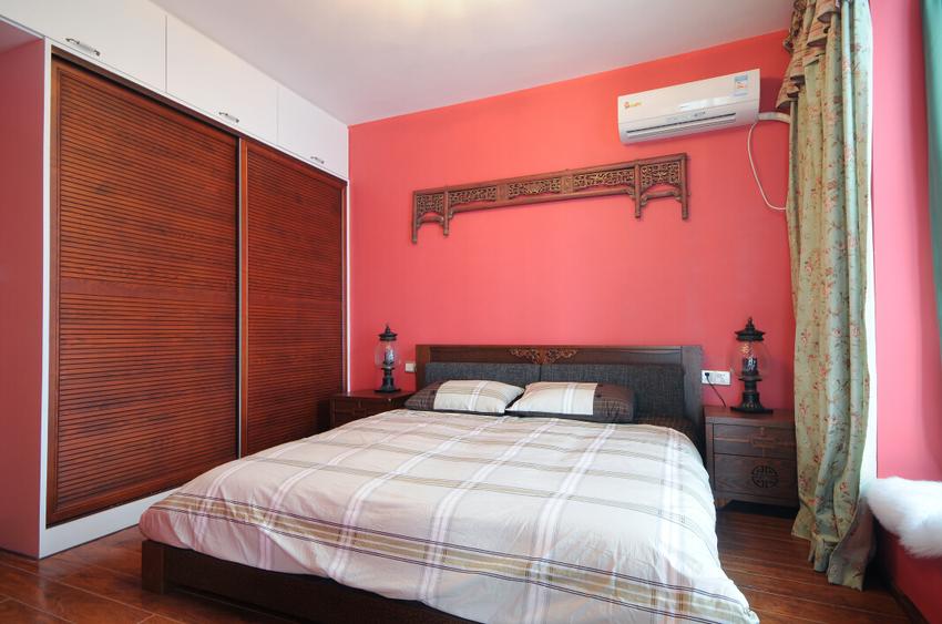 主卧的粉红的墙壁过于吸睛,让人迅速的将客厅和餐厅的绿色联系起来,但是不让人感觉到方案。