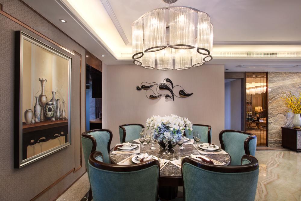 餐厅简洁干净,条纹大理石砖显得很是高档