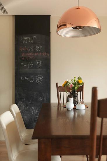 餐桌旁的黑板墙拉门,除了是洗衣房与储物区的入口外,更提供一处挥洒创意与留言的小天地。