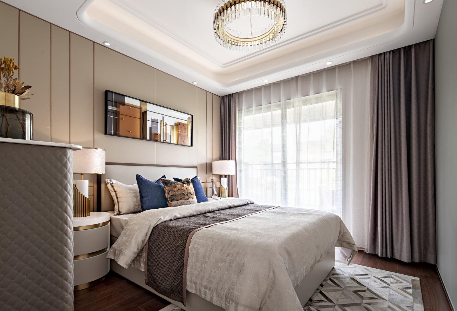 圆形床头柜搭配圆润灯罩的台灯,呼应圆角吊顶设计,整体给人颇有温度,舒适感极强。