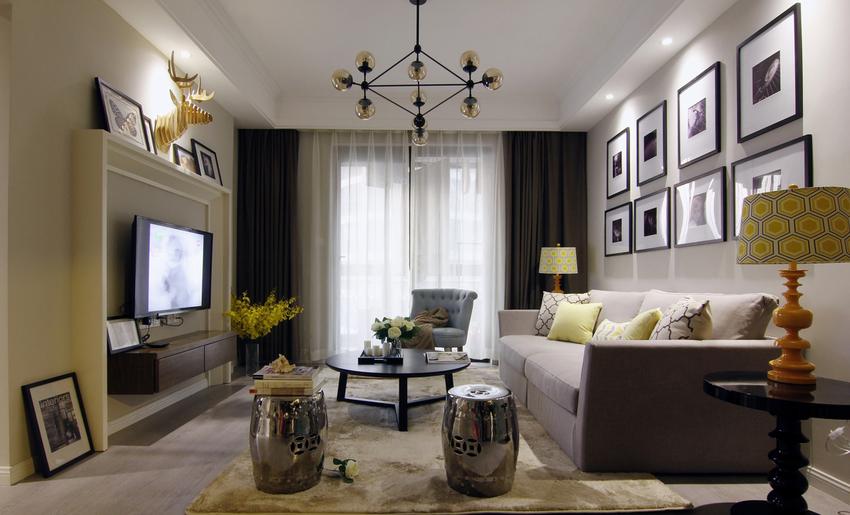 客厅灰色主调,黄色绿色点缀,家具以黑色居多。