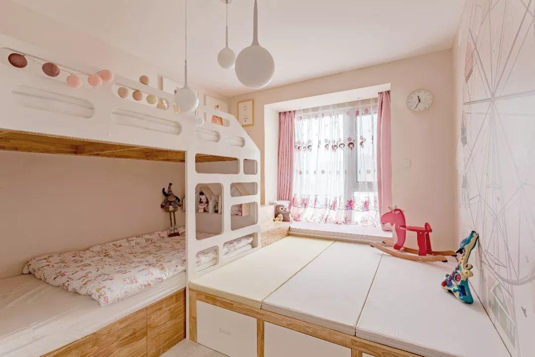 只有10平米的儿童房却有着强大的储物功能和多种变化方式。榻榻米下方的空间可以用来储物,上方成人休息。