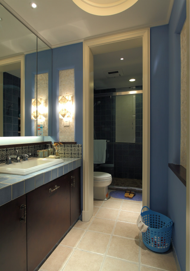 卫生间采用干湿分离设计原理,有效避免潮湿问题。壁砖颜色与墙壁颜色色调一致,整体和谐自然。