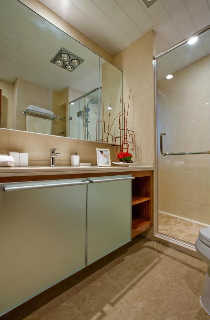 卫生间做了干湿分离,墙面以小瓷砖铺贴,很会时尚大气
