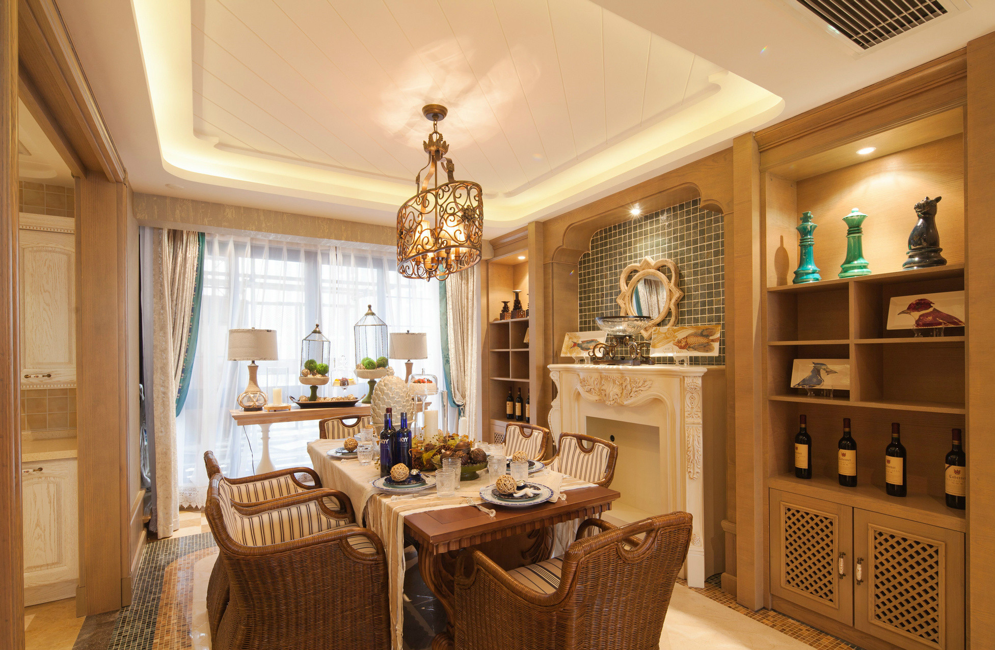 餐厅古典大气的气质便给人震撼,,配以雕刻精美的木质茶几,流露出贵族的气质。