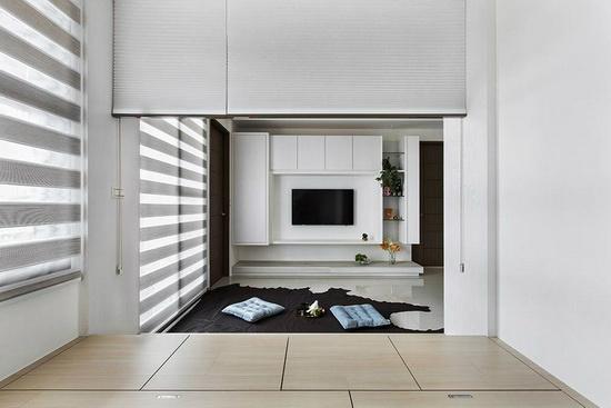 风琴帘半遮半掩,从和室往客厅望去一览无遗,明亮宽敞感立刻浮现。