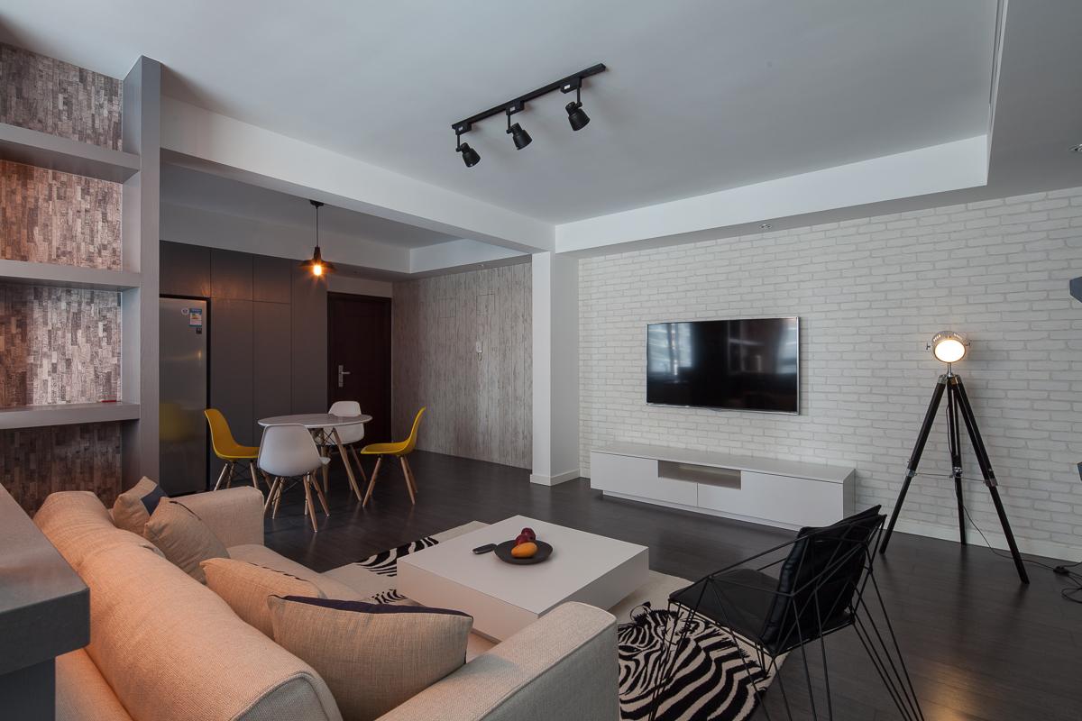 客厅整体以干净整洁为主,搭配浅灰色布艺沙发,很是干净亮堂