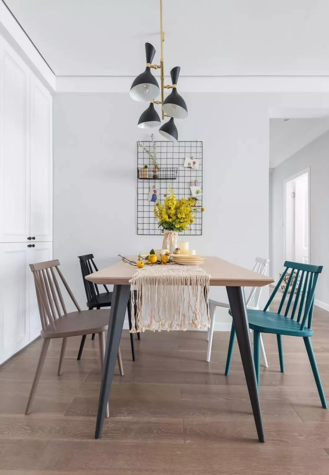 餐厅设计多了几分简约之美,四张不同颜色的餐椅,使空间增加灵动。