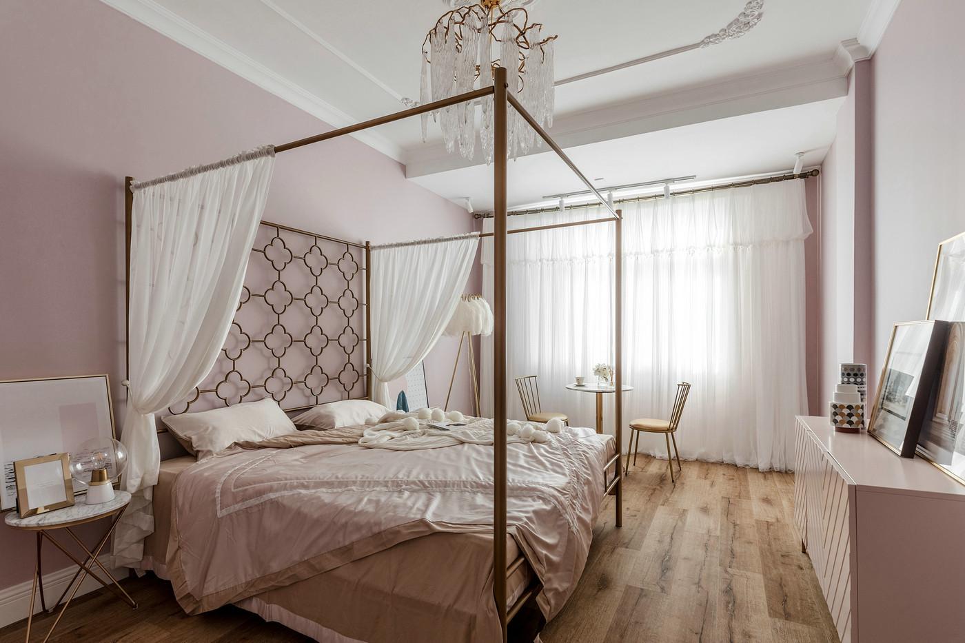 侧卧白粉相间,木质地板姿态各异,白色脉络在粉色的背景下沉淀,为空间注入无限少女情怀。