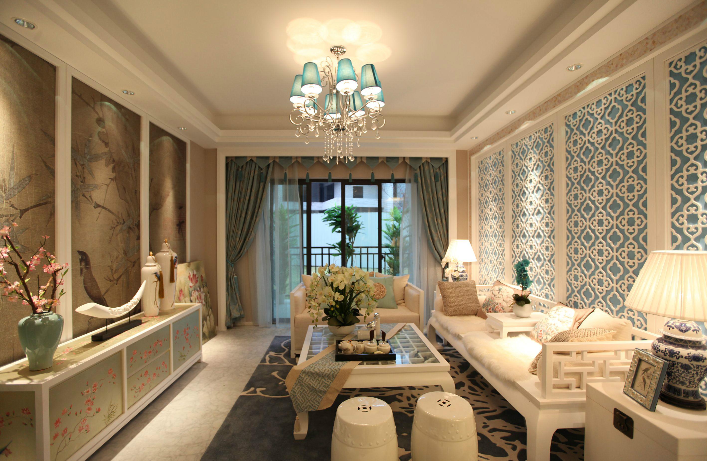 客厅整个顶面展现了精美华丽之感,很是华丽。搭配上精美的充满曲线感的水晶吊灯,更是奢华大气