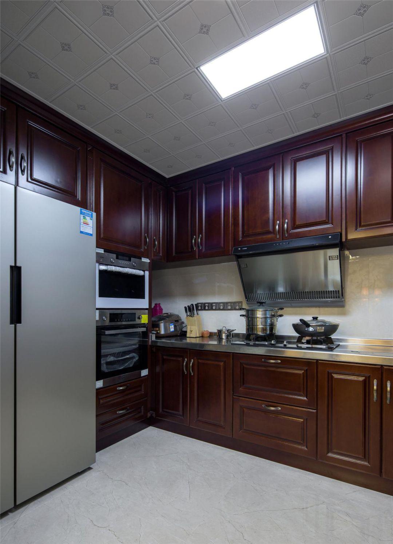 厨房棕红的橱柜,贵重雅致,演绎着古典美学的意蕴。嵌入式插座设计,安全又便捷。