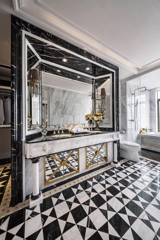 洗手间整体复古感十足,兼具实用时尚色调,欧式元素更添优雅情趣。