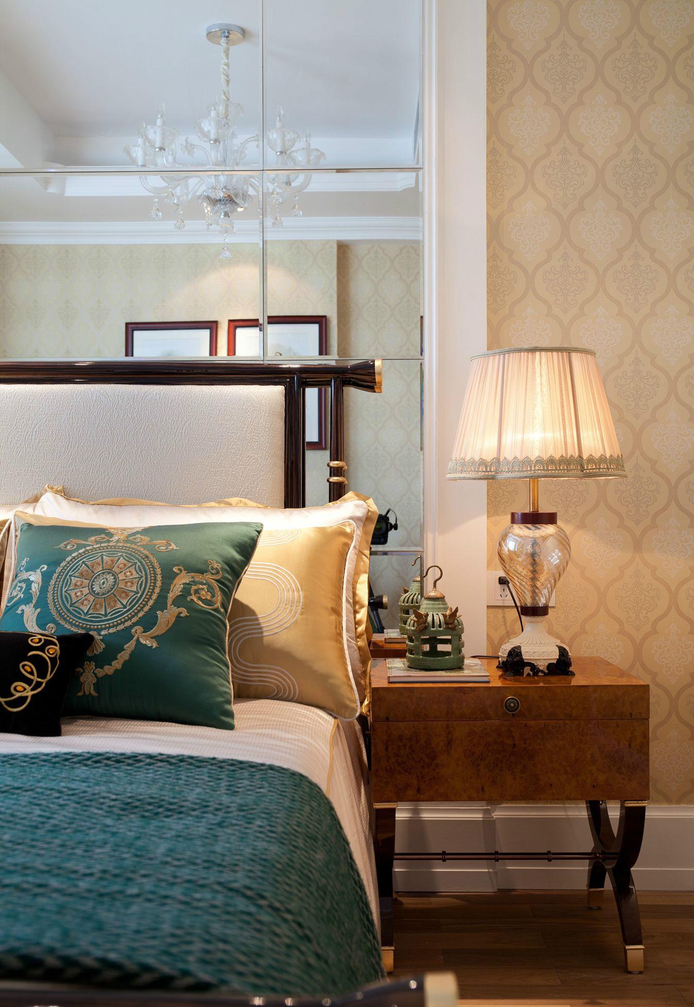 次卧背景墙采用了玻璃镜面材质,让整个空间更显开阔明亮;床头搭配复古柜,时尚又富有格调气息。