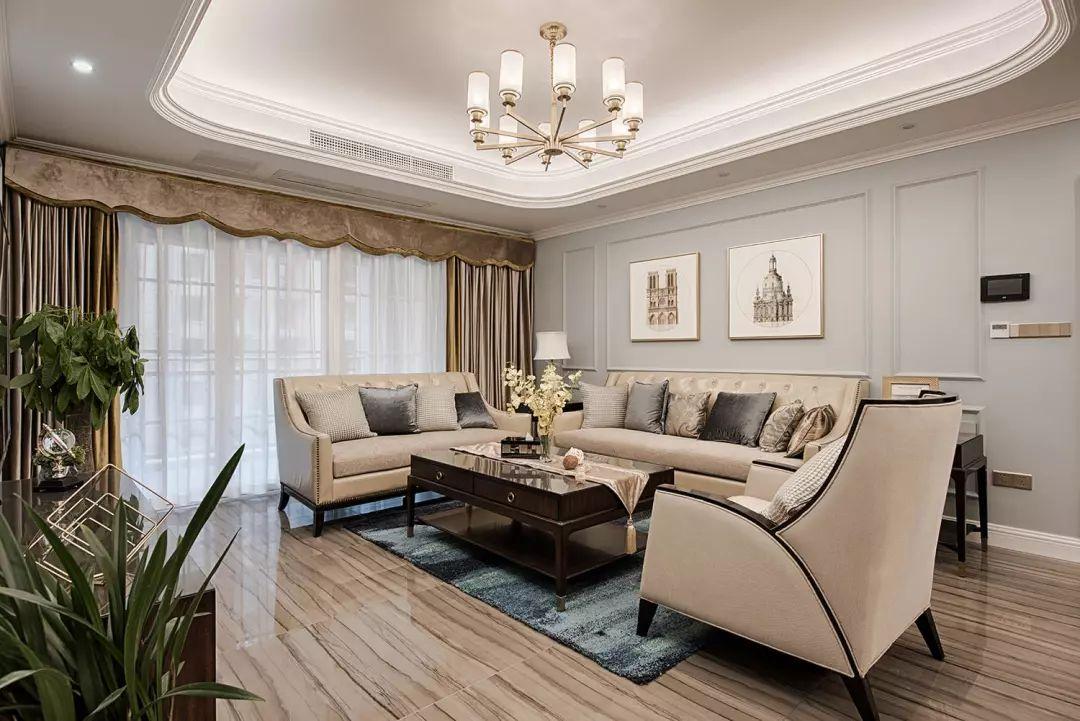 客厅区域明亮通透,以蓝灰色调为主,搭配精致细腻的软装配饰打造优雅家居氛围。