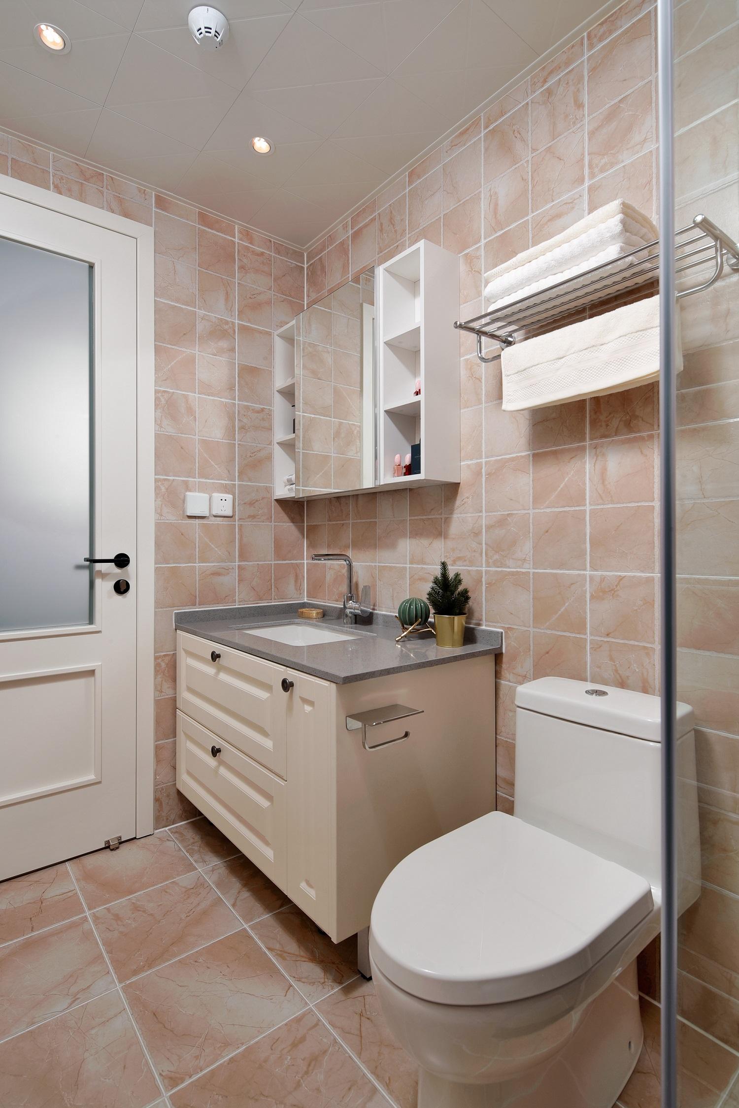 好看的卫生间会提升整个空间的格调,镜柜设计不仅可以整理仪容,洗漱用具也能随手放进去哦。