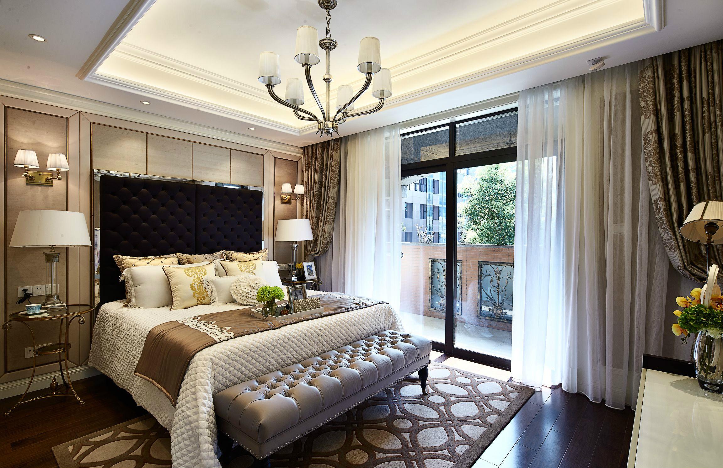 主卧整个空间透漏出温馨舒适的氛围,米色,棕色和黑色的色调递进,让空间整洁有序,安稳宁心。