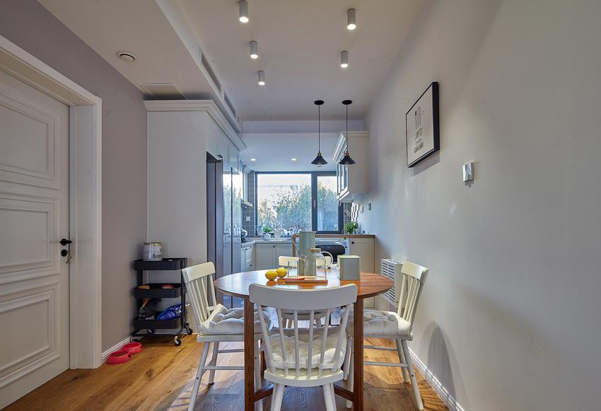 原本户型厨房小,餐厅小,索性全打通,做成开放的。