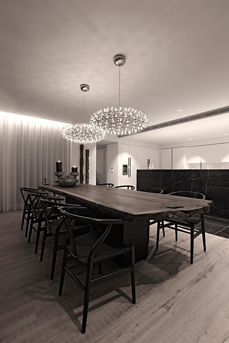 餐桌以深夜色的木质为主,安静饮食,餐桌上方吊着两个大圆灯,使厨房视野瞬间开阔。