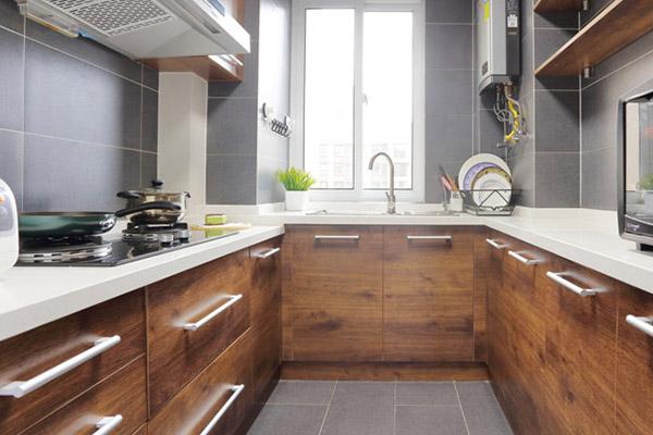 厨房区拥有大量的储物柜,将杂物收纳,营造出洁净清爽的视觉效果,浅棕色调橱柜搭配灰色地砖,优雅、怡然。