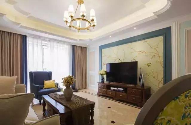 客厅电视墙在边框造型的基础,加了一圈深蓝色的边框,整个电视墙是一幅禅意优雅的画面,显得很是浪漫惬意。