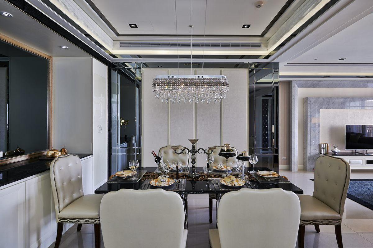 餐厅整体色调搭配基本与客厅相一致,整体和谐自然,餐边柜给餐厅增加了收纳功能。
