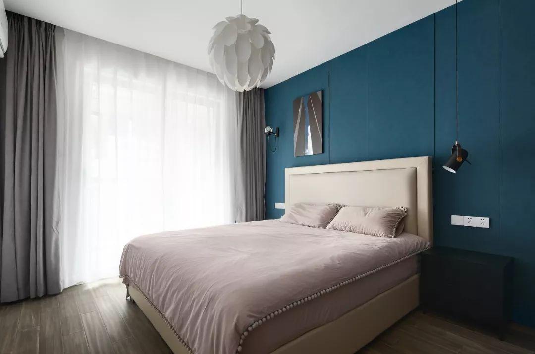 主卧孔雀蓝背景墙,奠定了空间神秘高贵的气质。
