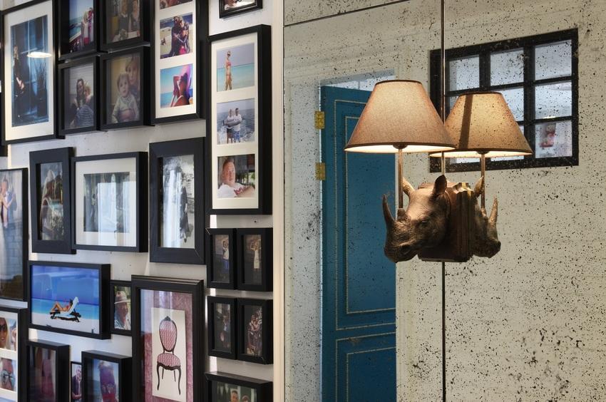 作为一个文艺青年的公寓,过道多到密集的相册墙实在太实用,大小不一却布局整齐。