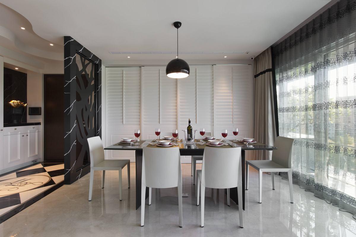 空间用线条勾勒出不同的装饰造型,气势恢宏,餐厅采光很好,在如此宽敞明亮的环境下用餐,心情也会很好吧。
