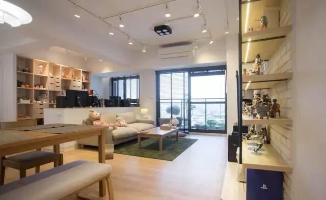 夫妻二人的喜好可以从家居中的小细节看出来,例如大面积的浅木质家具的运用,环保又清新。