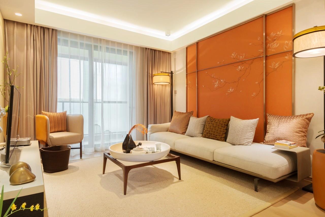 简约客厅虽然走的是品质现代风,但背景墙亮色设计让整个空间显得灵动活泼。落地窗增加设计采光,敞亮舒适。