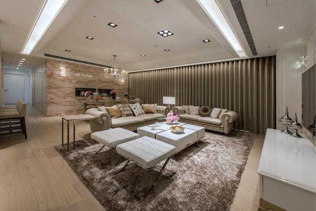 宽敞的客厅高挑而明亮,深灰色地毯搭配白色沙发,使空间在简洁之余散发着沉着稳重的味道。
