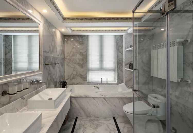 卫浴室的四周墙面以瓷砖为铺贴,加上一些黑白简约的马赛克镶边设计,很是别致。