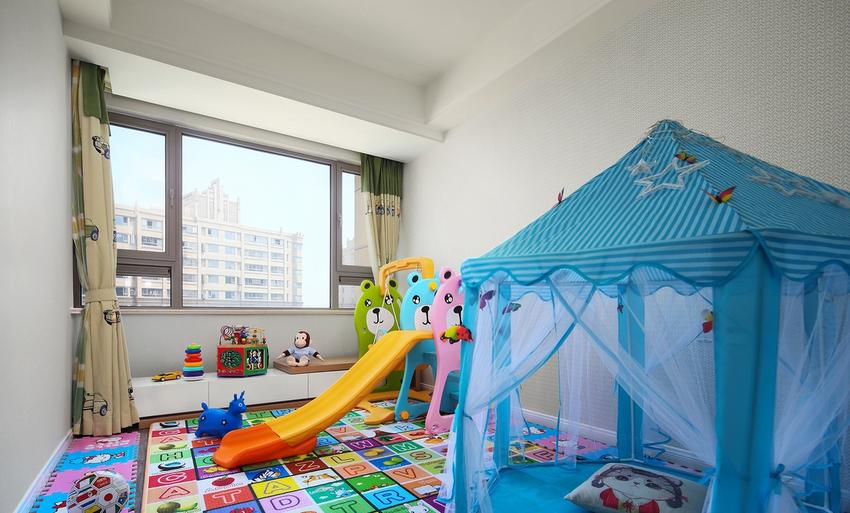 婴儿房,配上滑滑梯,小帐篷,给宝宝一个独立玩耍的空间。