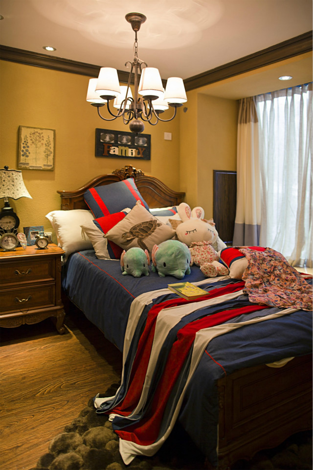次卧风格明显,原木色的家具级地板,配以深色床品,将居室主人的个性鲜明的体现出来。