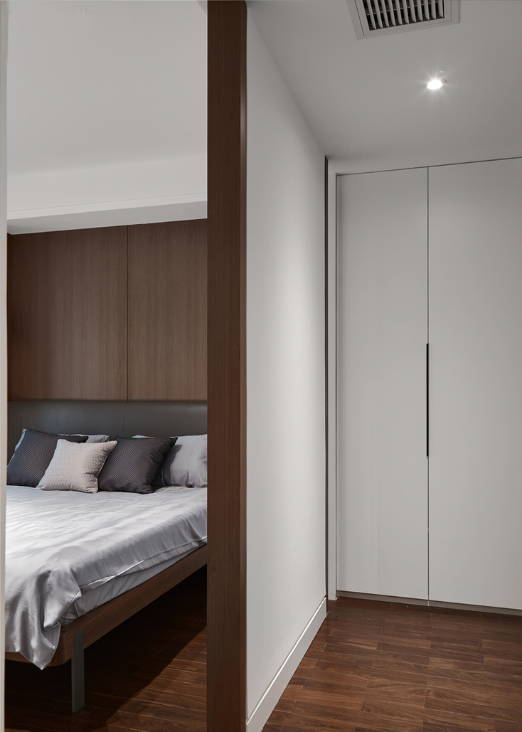 衣柜与睡眠区分开,为的就是更好的将各功能区域明显划分。