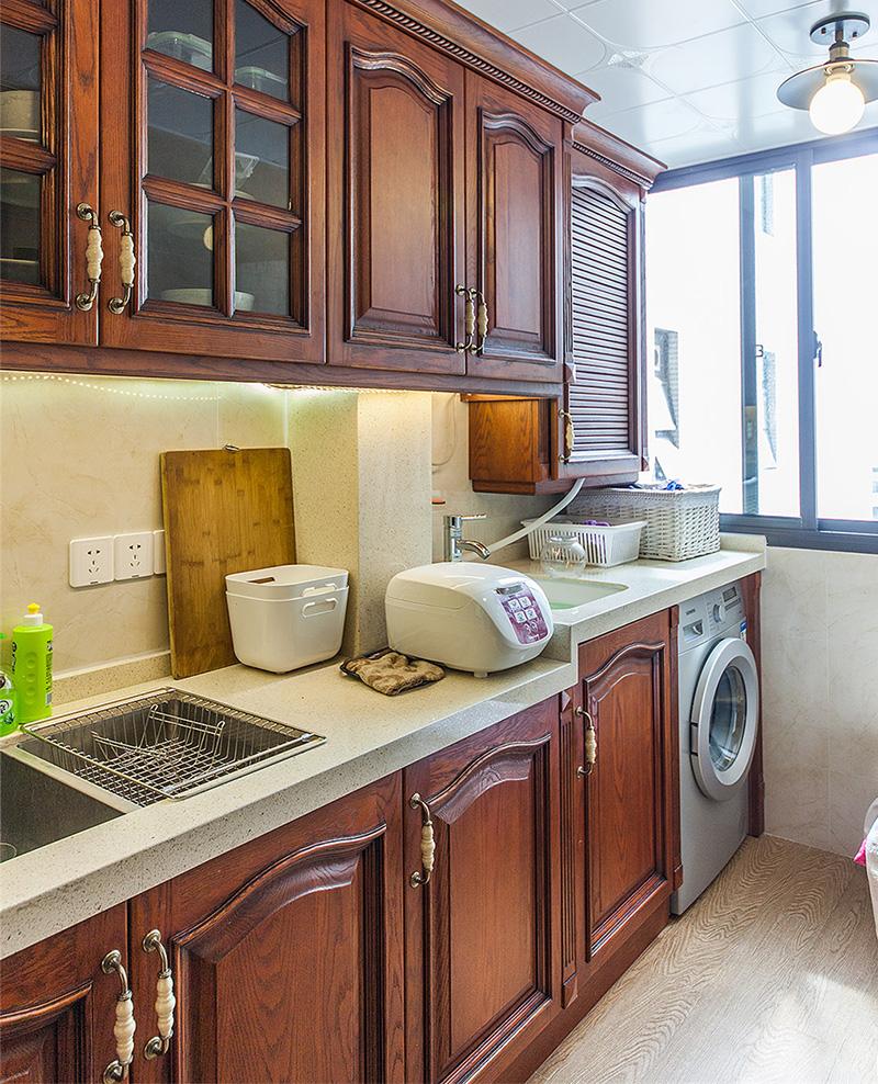 厨房依然选择了美式橱柜,色泽偏深,有利于打理卫生。