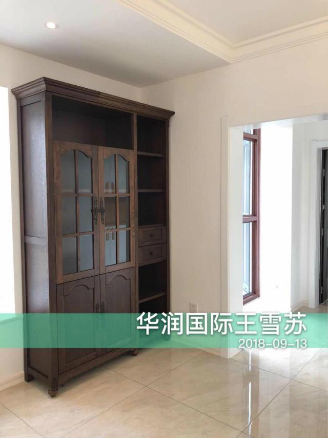 餐厅橱柜与客厅沙发相呼应,非常有格调。
