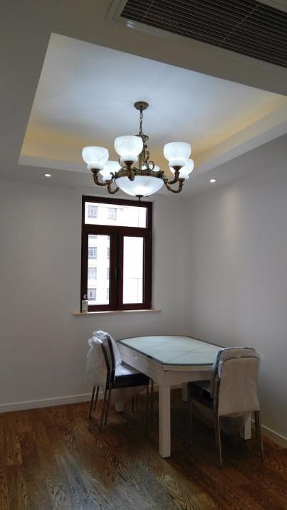 餐厅选用了白色的餐桌椅,偶尔褐色的点缀与整体空间相容,没有更多繁复的装饰,简洁却仿似有很多故事可以。
