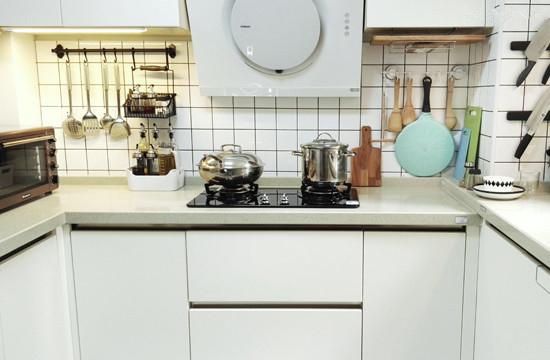 厨房有7平,还算宽敞,而且是周正的U型,做了3方地柜,正面做1方吊柜,吊柜太多会显得压抑。