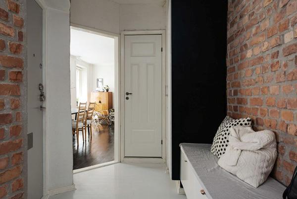 公寓的入口处有两个设计元素让人惊艳,砖墙以及让人感到舒适的长凳。