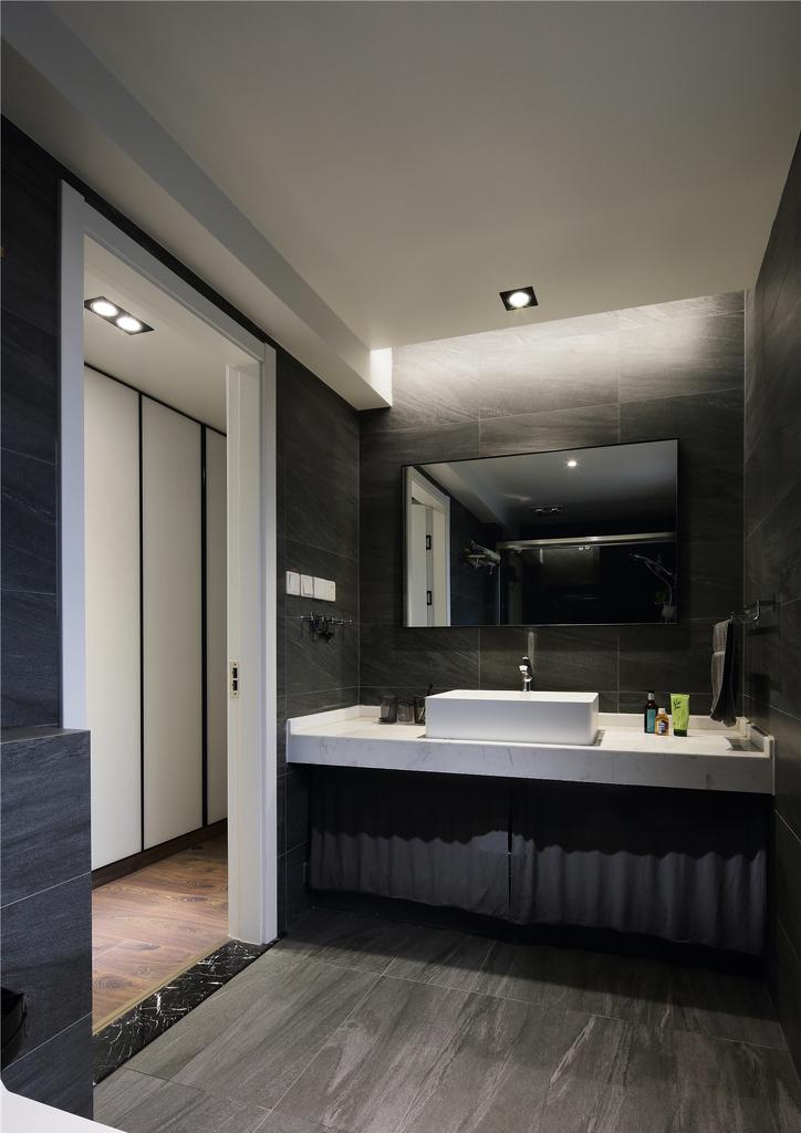 足够宽敞的卫生间洗手台,深灰色是对质感最好的诠释。
