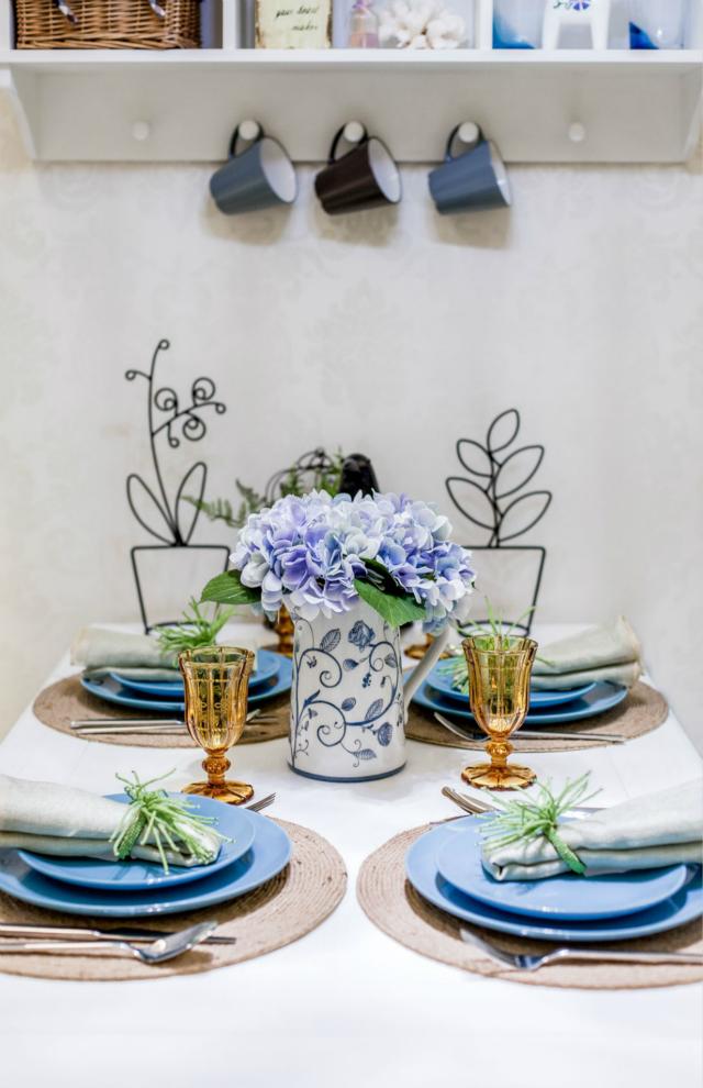 餐桌上精美的小花、打造成花形态的铁艺工艺品等等令空间着实雅致了不少。